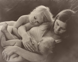 crianza-con-apego-mama-y-dos-niños